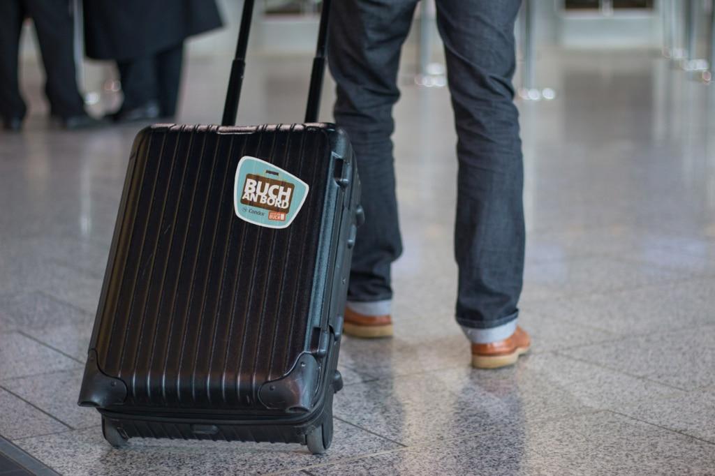 Buch an Bord auf dem Koffer